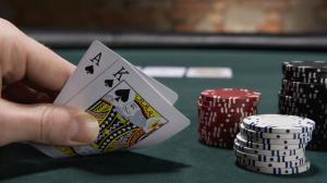 cartas de blackjack y chips de casino